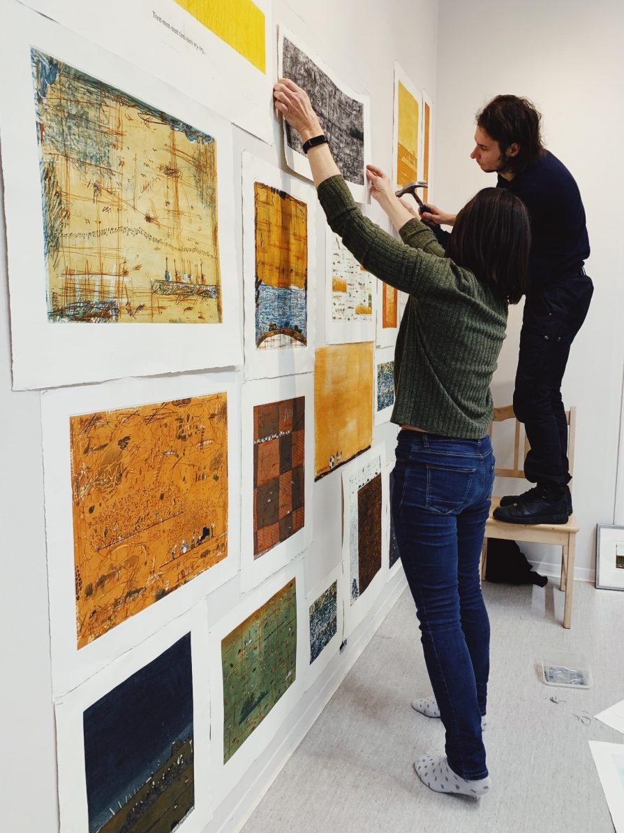 Esko Railon muistonäyttelyä ripustetaan Paja & Galleriassa marraskuussa 2020.