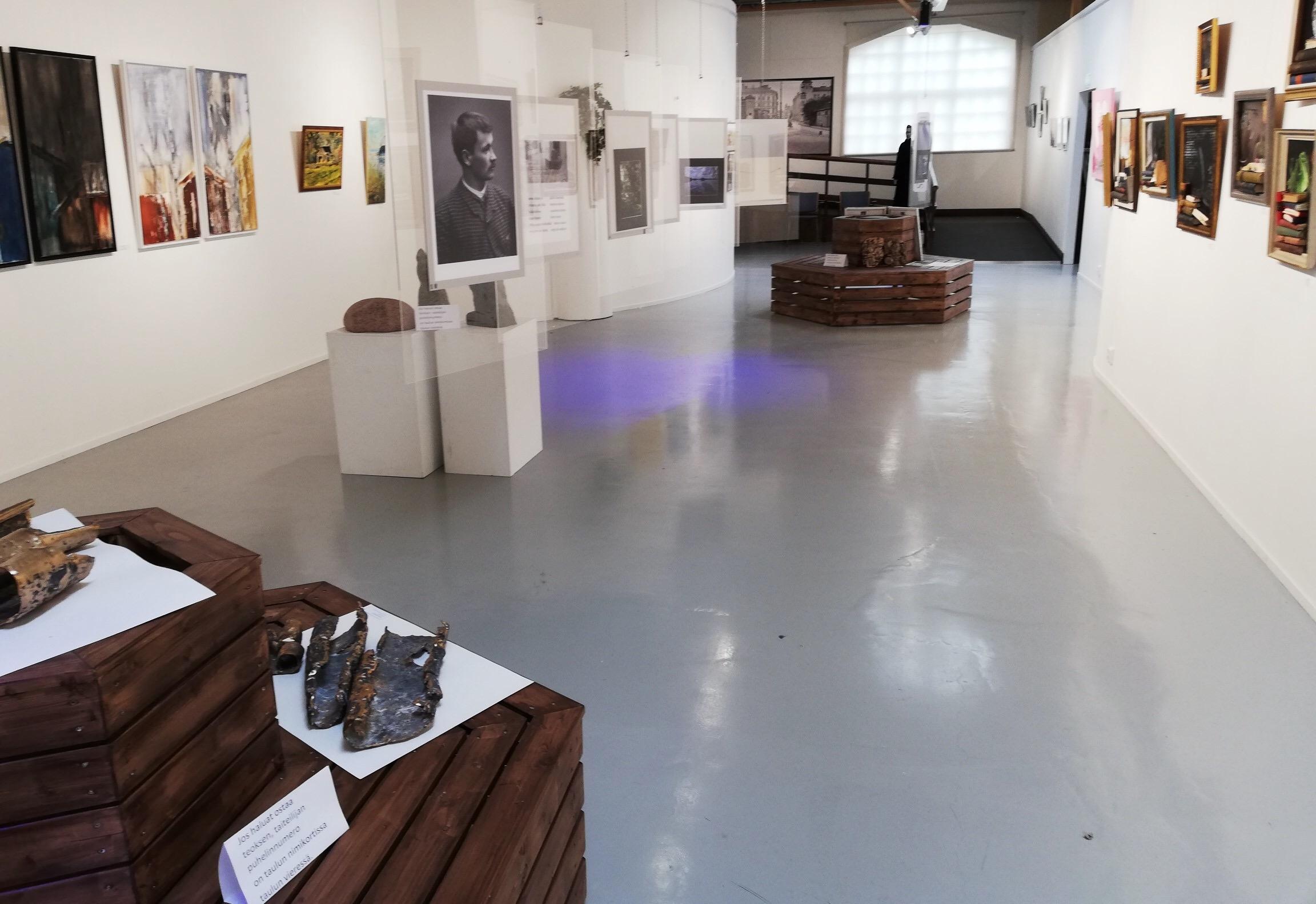 Kesänäyttely Into-keskuksessa Killinkoskella järjestettiin lopulta koronaviruksesta johtuen ilman komilaisia vieraita kesällä 2020. Eurooppalainen Kulttuuriyhdistys ry