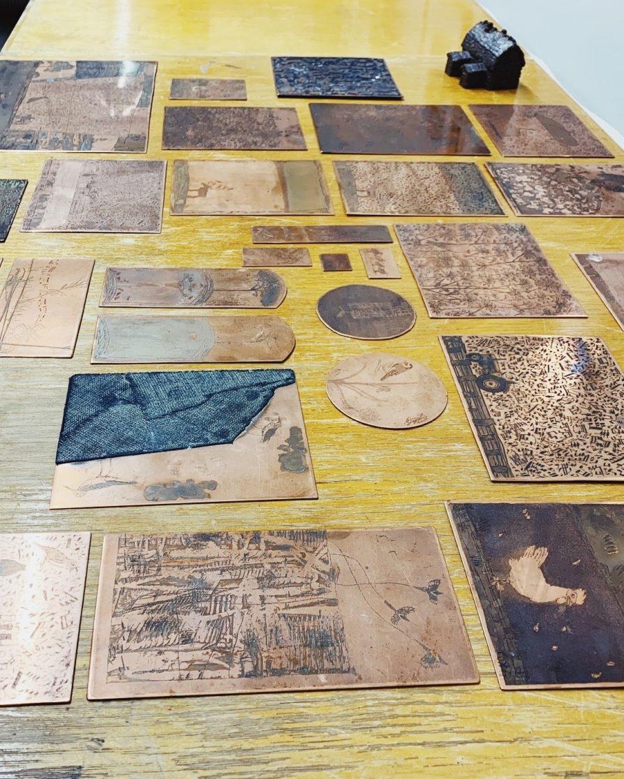 Railo käytti grafiikassaan syvä- ja kohopainotekniikoita.