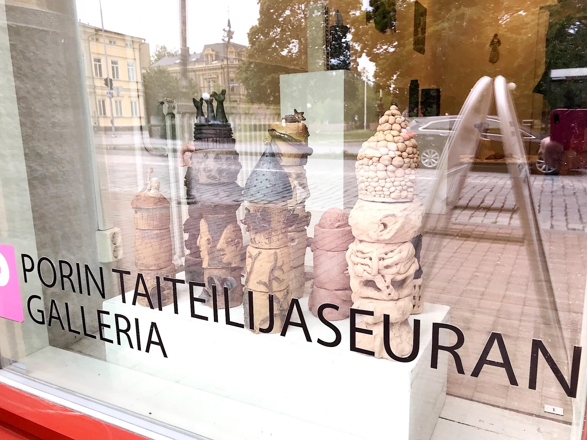 P-gallerian ikkunassa raumalaisen Keramos ry:n taidetta elokuussa 2019. (Kuva Hanna Valtokivi)