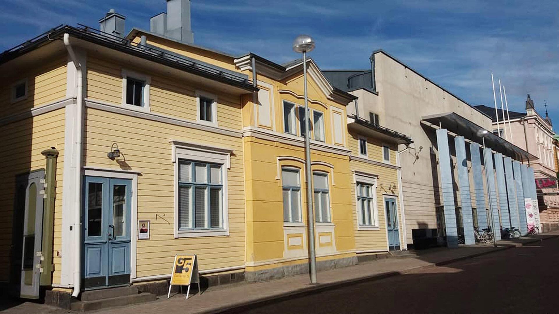 Kaikki Oulun Taiteilijaseuran näyttelytilat, taidelainaamo ja toimisto sijaitsevat samassa osoitteessa Oulun keskustassa, kulttuuritalo Valveen kupeessa. Kuva: Satu Alajoki