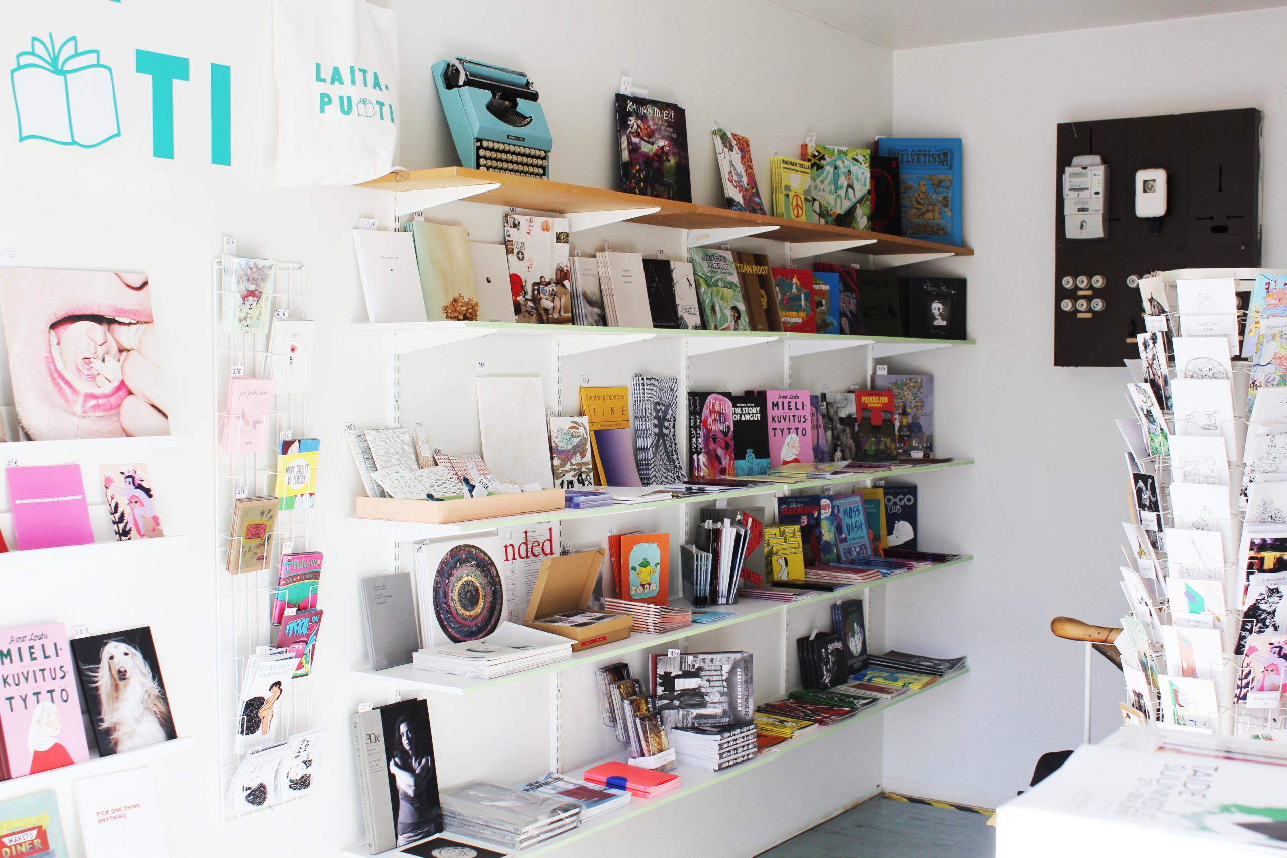 Galleria Rajatilan yhteydessä toimivasta Laitapuodista löytyy laaja valikoima oma- ja pienkustanteisia julkaisuja runoista sarjakuviin. Kuva: Rajataide ry